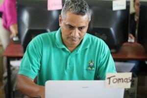 Director del centro básico José Cecilio del Valle de Cuyalí aprendiendo el uso de las herramientas tecnológicas para mejorar el aprendizaje en el aula