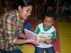 La formación bibliotecaria es esencial para impulsar programas de neolectores en las comunidades. Biblioteca comunitarias Ventanas abiertas al futuro, Chiché (Guatemala)
