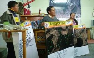 """Líderes presnetan los mapas elaborados a la comunidad (Biblioteca """"Kak Nojibal"""", Xolsacmaljá, Totonicapán)"""